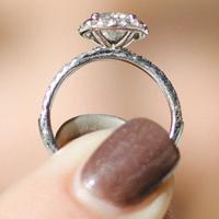 プラチナの指輪を持つ女性の指