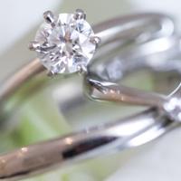 美しい宝石の付いた指輪