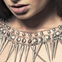 お洒落なネックレスをしている女性