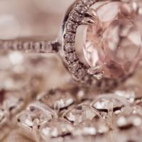 宝石の付いたプラチナの指輪